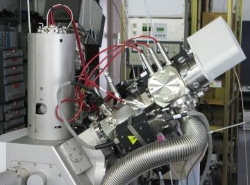 Vysokorozlišovací rastrovací elektronový mikroskop se Schottkyho katodou vybavený fokusovaným iontovým svazkem (Focused Ion Beam - FIB) s plazmovým zdrojem iontů.