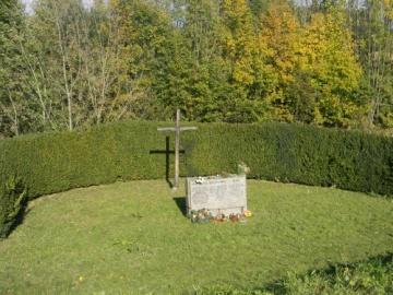 Prostor vedle tábora, kam byl sypán popel popravených