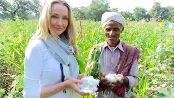 Alexandra Cousteauová a pěstitel organické bavlny Shivlal Jadha (PRNewsFoto/C&A Europe)