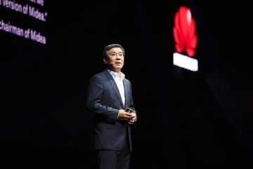 Yan Lida, president of Huawei Enterprise BG, delivers a keynote speech titled \