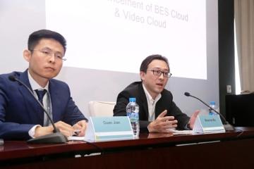 Maurice Ma (vpravo), viceprezident Huawei Carrier Software BU a Jian Guan (vlevo), ředitel BES, Huawei Carrier Software BU, odpovídají na otázky novinářů (PRNewsFoto/Huawei)
