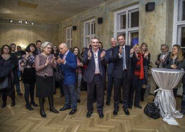 Slavnostní vernisáž uvedl Tomáš Podivínský, velvyslanec České republiky v Německu (muž s kravatou), vlevo spoluautor projektu David Železný