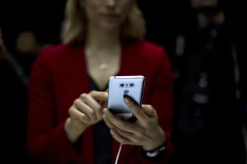 Žena s mobilním telefonem - ilustrační foto.