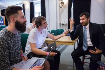 Daniel Ernst, tiskový mluvčí Velvyslanectví USA v Praze, v rozhovoru s účastníky školy