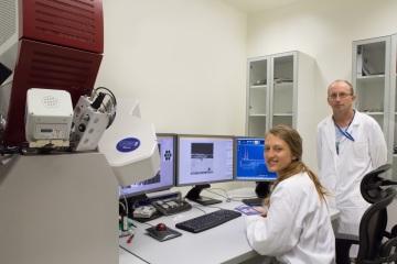 Petra Bublíková a Jan Lorinčík u elektronového mikroskopu TESCAN LYRA3