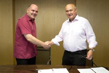 Přemysl Kršek, jednatel společnosti 3Dim Laboratory a ředitel vývoje medicínských systémů a Jaroslav Klíma při podpisu smlouvy