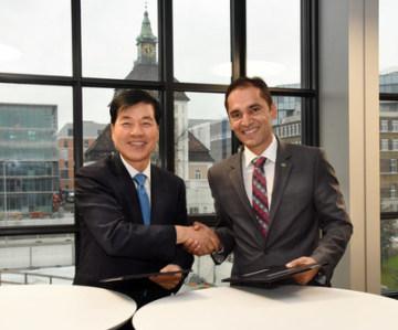 Zleva: Dr. Tae-Han Kim, prezident a výkonný ředitel společnosti Samsung BioLogics a Udit Batra, člen výkonné rady společnosti Merck a generální ředitel úseku biologických věd (PRNewsfoto/Merck)