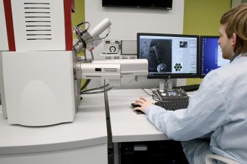 TESCAN má 2500. elektronový mikroskop