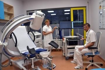 Lékař MUDr. Jaroslav Ženíšek, Ph.D., a vrchní sestra Marie Salcerová na novém urodynamickém pracovišti