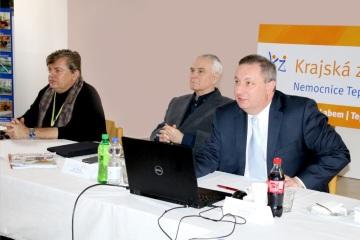 Předseda představenstva Krajské zdravotní, a. s., Ing. Jiří Novák (uprostřed), člen představenstva MUDr. Vladimír Emingr (vlevo) a generální ředitel společnosti Ing. Petr Fiala