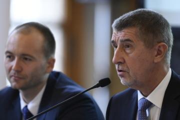 Předseda hnutí ANO Andrej Babiš (vpravo) hovoří na setkání lídrů českého exportu 5. prosince v Praze. Vlevo je ředitel analytické společnosti CEEC Research Jiří Vacek.