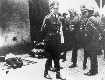 Momentka z identifikace padlých z krypty. Zleva Horst Böhme, Johann von Feil, K. H. Frank a Karl von Treuenfeld. U nohou jim leží těla Hrubého, Švarce a Gabčíka. ČTK.