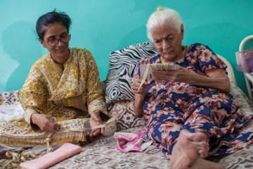 Karachi, Pakistan: Mehrunnisa Iqbal Vertejee říká, že je pro ni důležité starat se o tchýni Sherbanoo Vertejee, 86, aby její děti viděly respekt ke starším lidem Foto: Asim Hafeez for Orb Media. (PRNewsfoto/Orb Media)