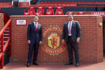 Zleva: Kohler CEO David Kohler, MU Group MD Richard Arnold na Old Trafford (Foto: Business Wire)
