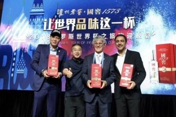 Fan Zhiyi, Álvaro Alexánder Recoba Rivero, Bora Milutinovi a Wang Hongbo na banketu (PRNewsfoto/Luzhou Laojiao)