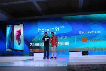 James Yang, prezident společnosti Honor Indonesia (vlevo) a Chris Feng generální ředitel Shopee Group (vpravo) uvádí Honor 9i v Indonésii