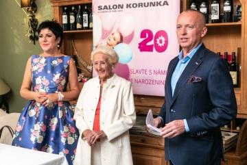 Hosty narozeninové oslavy přivítali majitelka salonu Korunka Jana Petráková (vlevo), první dáma české kosmetiky Olga Knoblochová a moderátor Karel Voříšek