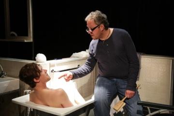 Teď mě zabij - David Viktora a Robert Finta jako otec a syn - Národní divadlo moravskoslezské (foto Martin Popelář), hrajeme v Divadle Komedie 3.11.