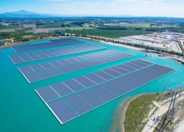 Největší evropský plovoucí solární systém v Piolencu (Francie), napájený 17MW solárními fotovoltaickými moduly společnosti Trina.