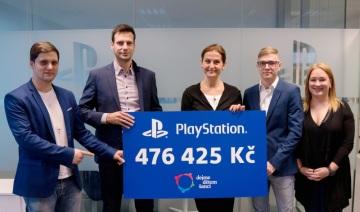 Manažeři PlayStationu Jan Vavřík a Petr Škaloud předali šek ředitelce organizace DEJME DĚTEM ŠANCI Michaele Chovancové a studentům ze stipendijního programu