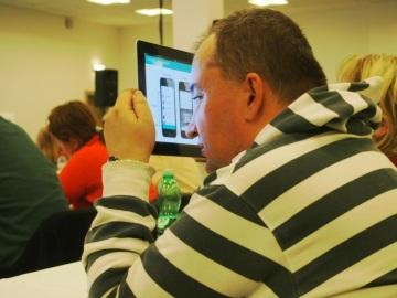 Účastníci se zbytky zraku mohou sledovat prezentaci na tabletu (Foto: Jaroslav Winter)