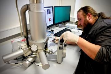 Při výrobě filtrů využívá firma LANIK elektronovou mikroskopii již od roku 1997