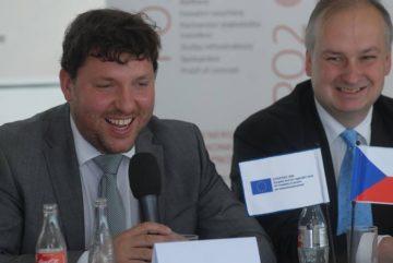 Náměstek ministra průmyslu a obchodu Marian Piecha (vlevo) a vydavatel Ekonomického deníku a moderátor konference Ivo Hartmann. Foto Jiří Reichl, ED