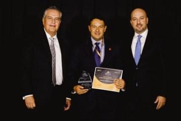Kevin Luis Gutierrez Trevino přebíra ocenění za společnost Huawei
