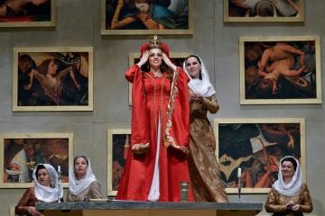 Jana Sibera jako Isabella, princezna sicilská, v kruhu svých dam Foto: Martin Popelář