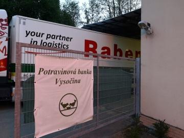 Potraviny a drogerii pro lidi v nouzi už popáté přivezla logistická společnost Raben