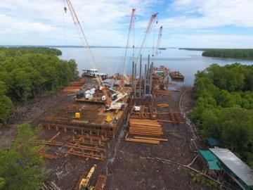 Pro stavbu mostu Temburong v Bruneji je využíváno osm pásových jeřábů QUY180 společnosti Zoomlion (PRNewsfoto/Zoomlion)
