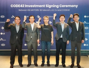 Zleva: YoungSang Ryu, EVP (Head of MNO Biz. Division) of SK Telecom; Hanwoo Park, President & CEO of Kia Motors; Chang-hyun Song, CEO of CODE42; I.P. Park, President and CTO of LG Electronics; and KyungMook Lim, Chief Strategy Officer of CJ Corporation met at the SERVEONE Building in Gangnam-gu Seoul, South Korea to attend the CODE42 Investment Signing Ceremony. (PRNewsfoto/CODE42)