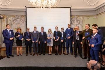 Členové strategické rady CRF (zleva): Juraj Dvořák a Ivana Řeháková (Deluvis), Petr Milata (Beznoska), Jan a Libor Musilovi (LIKO-S), Martina Vítková (NWT), Kateřina Kadlecová (USSPA), Jan Klokočka (Autosalon Klokočka), Tomáš Kalous a Marek Butula (Collegas), Jiří Hnilica (Centrum pro rodinné firmy), Constantin Kinský (Zámek Žďár), Bořivoj Líbal (Noerr), Jan Císař (Strateggo)