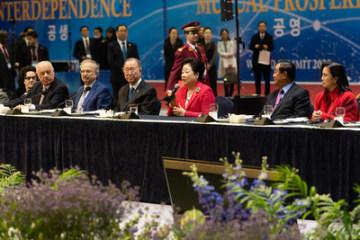 Summit Univerzální federace míru (UPF): zleva bývalý prezident Albánie Alfred Moisiu, poradce libyjského prezidneta Dr. Fathi Noah, bývalý generální tajemník OSN Ban Ki Moon, Spoluzakladatel UPF  Dr. Hak Ja Han Moon, prezident Kambodže Hun Sen, viceprezidentka Filipín Leni Lobredo . (Photo credit: Graeme Carmichael)