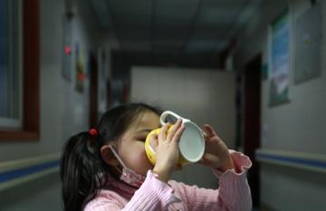 Pětiletá Yuanyuan pochází z čínského Wuhanu, kde epidemie koronaviru propukla. Její rodiče i prarodiče se nakazili nemocí COVID-19, proto se o Yuanyuan dočasně stará dobrovolník přímo v nemocnici. © UNICEF/Cui