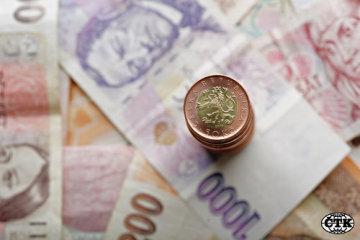 České bankovky a mince - ilustrační foto.