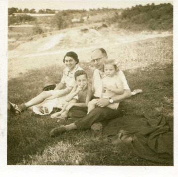 Fotografie rodiny Dr. Altensteina, nedatováno (asi 1941-1942), AMB, Fond R77