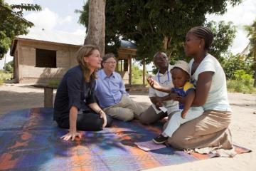 Bill a Melinda Gatesovi při setkání s matkou a jejím dítětem v Mapinga, Tanzanie. (PRNewsFoto/Bill  Melinda Gates Foundation)