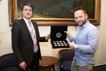Ředitel Národní Pokladnice, Luboš Krčil, předal jubilejnímu 150 000 zákazníkovi, Pavlu Kováčovi, unikátní dárek