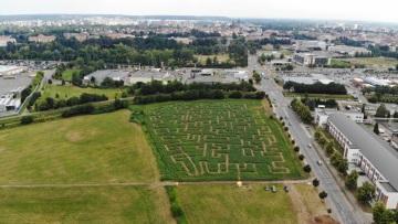 Každé bludiště je větší než 1 hektar a vešlo by se na něj i fotbalové hřiště