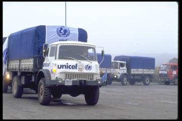 Humanitární konvoj UNICEF s teplým oblečením, dekami, léky a potravinami na cestě do bývalé Jugoslávie v roce 1992. Lidé, kteří uvádí UNICEF ve své poslední vůli, oceňují jistotu, že UNICEF bude existovat i za mnoho let, kdy může dojít k plnění jejich závěti.