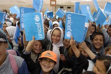 Děti ve městě Bamyan ve válkou rozvráceném Afghánistánu obdržely školní pomůcky dodávané UNICEF. Díky vzdělání se mohou děti vymanit z koloběhu chudoby a získat šanci na lepší budoucnost. © UNICEF/Rich