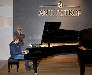 Vítěz mnoha domácích i zahraničích klavírních soutěží, jednadvacetiletý Matyáš Novák