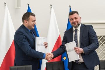 Podpis smlouvy mezi PKP Polskie Linie Kolejowe a společností PORR S.A. (zleva: Ryszard Magdziak (PKP PLK S.A., zástupce ředitele centra pro investice a rozvoj), Piotr Kledzik (PORR S.A. CEO). Autorská práva k fotografii: © PORR