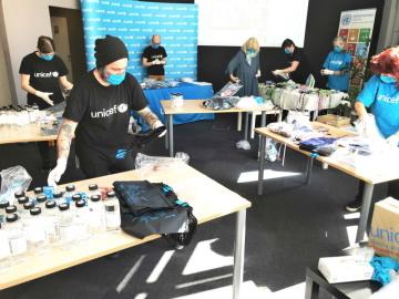 Hygienické balíčky distribuovala česká pobočka UNICEF mezi 8. a 17. dubnem potřebným dětem v okresech nejvíce zasažených nákazou COVID-19