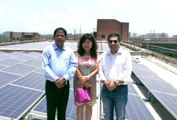 Projekt centra India Habitat Centre v roce 2016: zleva Gaurav Mathur, ředitel společnosti Trina Solar India; Helena Li, prezidentka společnosti Trina Solar APAC a Kushagra Nandan, spoluzakladatel a prezident společnosti SunSource Energy
