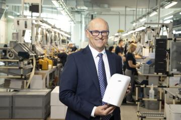 Hans Georg Hagleitner, majitel firmy a CEO, ve vlastním závodě na výrobu dávkovačů Foto: Hagleitner Hygiene/ Werner Krug