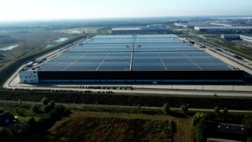 Největší střešní solární systém na světě na logistickém a skladovém centru PVH Corp. v nizozemském Venlu (Foto: Business Wire)