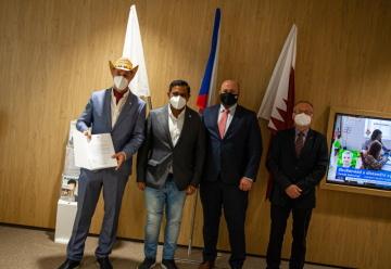Skupinové foto s vlajkami ČR a Kataru
