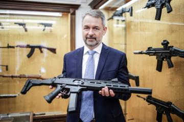 Prezident a předseda představenstva holdingu Česká Zbrojovka Group Lubomír Kovařík ukazuje model CZ Scorpion EVO 3 Carbine. Jde o vysoce přesnou samonabíjecí karabinu ráže 9x19, která je ideální zbraní pro ozbrojené složky, moderní střelecké sportovní disciplíny a hobby střelbu.